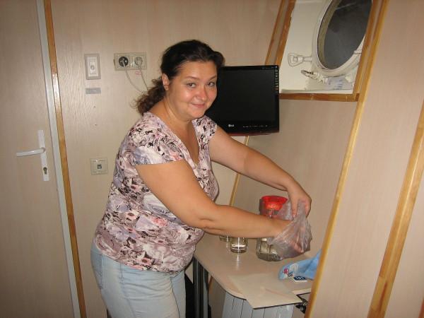 Она заваривает чай