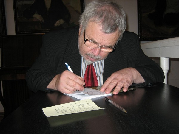 Иосиф Хапчик даёт автограф