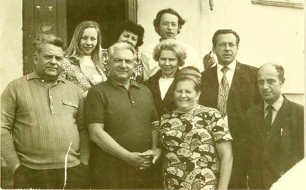 Омётов Виктор Иванович (второй слева)