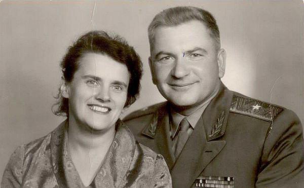 Омётов Виктор Иванович с супругой, Псков около 1965 года