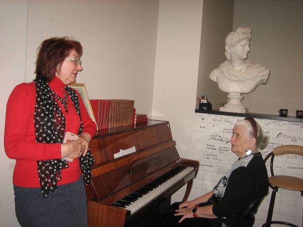 За пианино Королева Наталия
