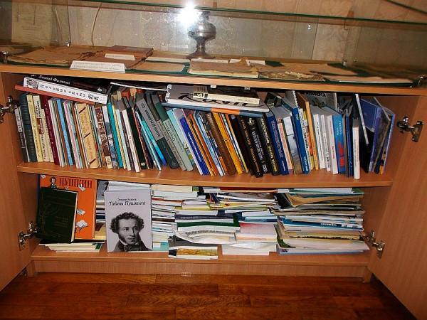 Книги с автографами в Музее гимназии №7