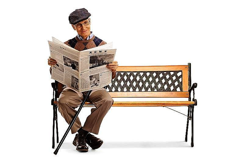 старший-человек-читая-газету-на-стенде-полнометражная-съемка-старшего-144991938