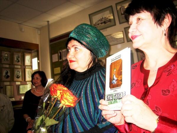 Фото с цветами и книгой