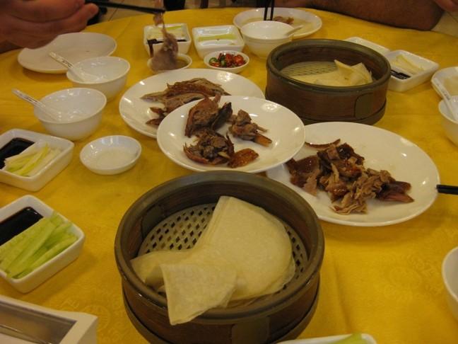 куски утки на тарелке