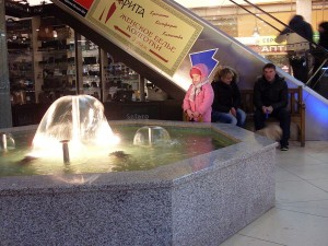 Ребёночек у фонтанчика