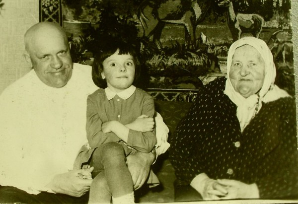 Пелагея Власьевна с сыном Сергеем и правнучкой Юлей 1969 Псков