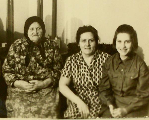 Пелагея Власьевна с дочкой Валей и внучкой Ирой 1974