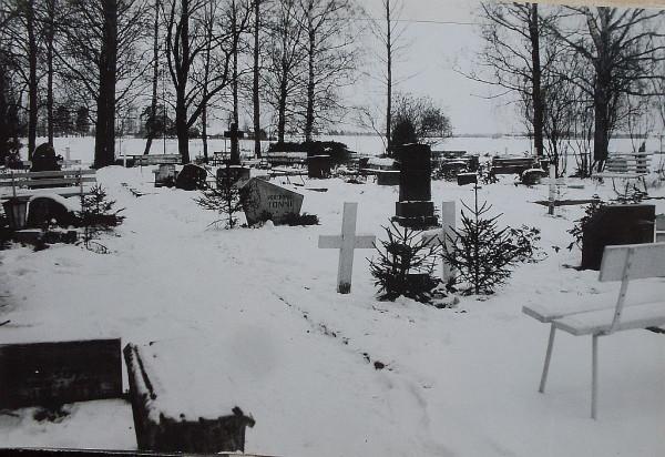 Участок кладбища поселка Маарья