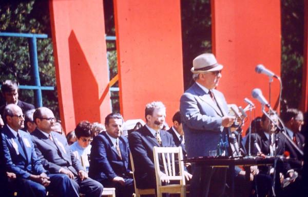 Фото 1 с Ираклием Андрониковым у микрофона