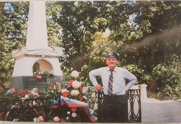 Егоров у  могилы поэта Июнь 1999