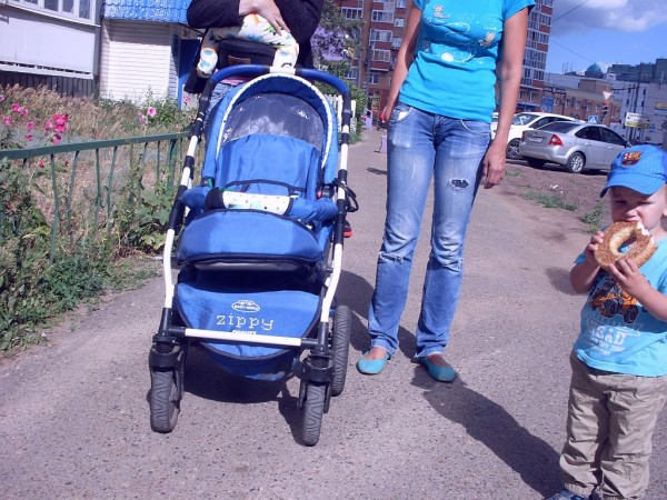 Мальчик у ног мамы