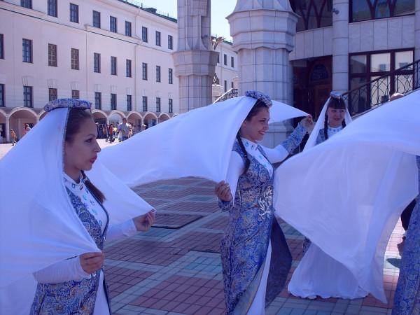 Танцоры у мечети Кул Шариф 1 июня 2014