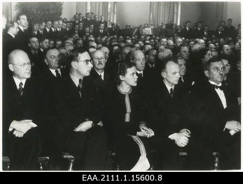 Адамс 2-й слева 1929