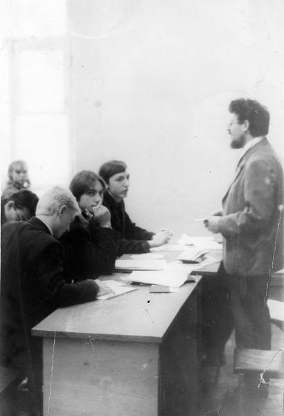 В.Н.Генкин читает лекцию