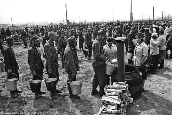 Немцев кормят на ипподроме перед маршем