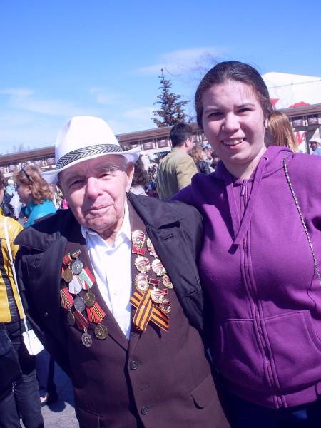 Ветеран-татарин с внучкой охотно позирует