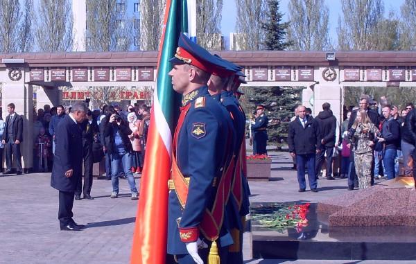 Президент Татарстана склонил голову