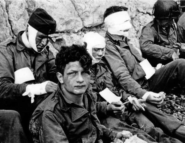 Раненые на Омаха-бич 6 июня 1944