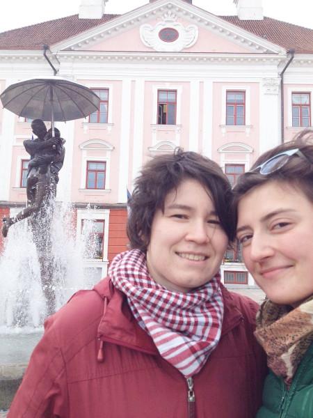 Двое в Тарту у ратуши 8 мая 2015