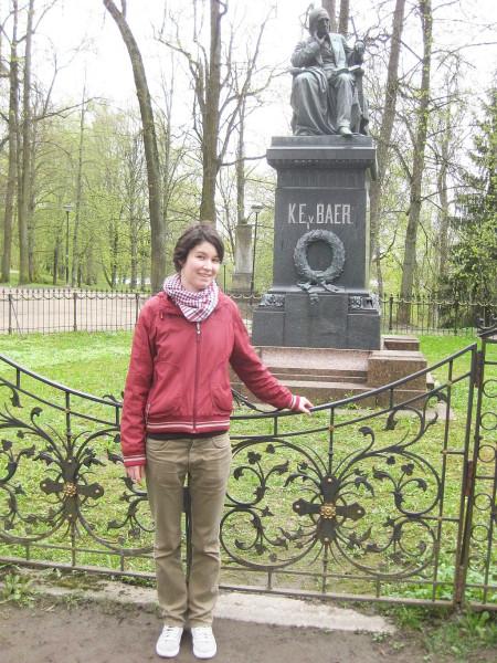 У памятника Карлу Бэру