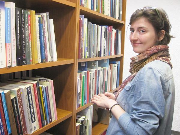 У книжной полки в библиотеке ТУ