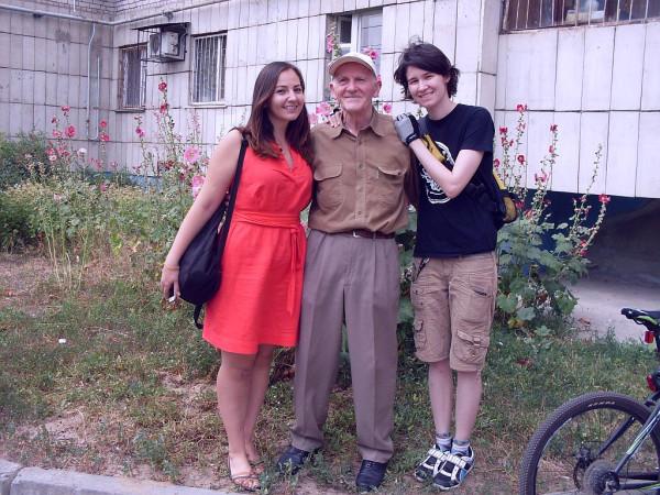 Дед Егоров улыбается