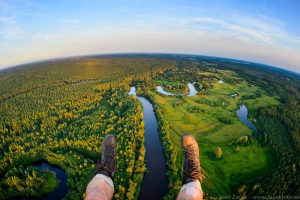 На границе. Под левой ногой -Латвия, под правой - Эстония