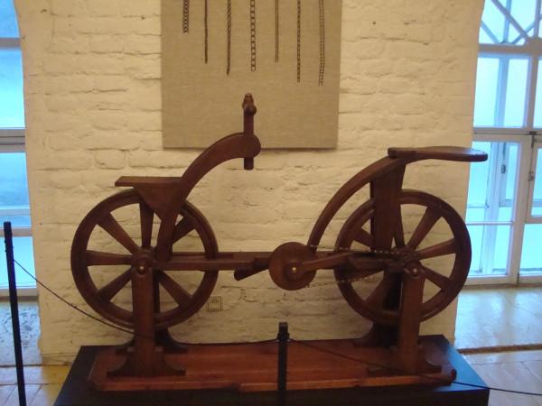 Велосипед Леонардо с разными видами цепей