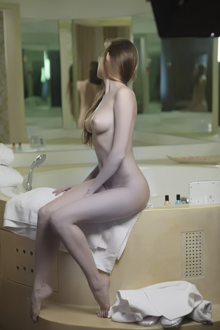 girl in bath 0092.jpg