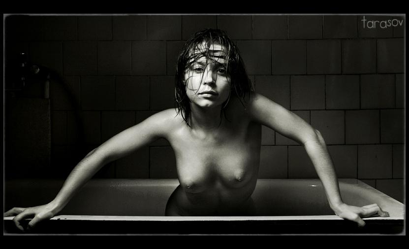 girl in bath 0132.jpg