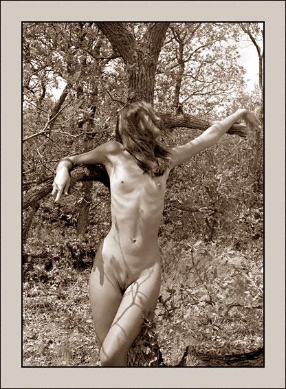 gadinagod_girls_naked_tree_08