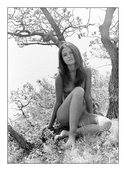 gadinagod_girls_naked_tree_10