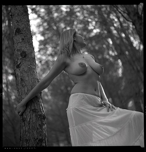 gadinagod_girls_naked_tree_11
