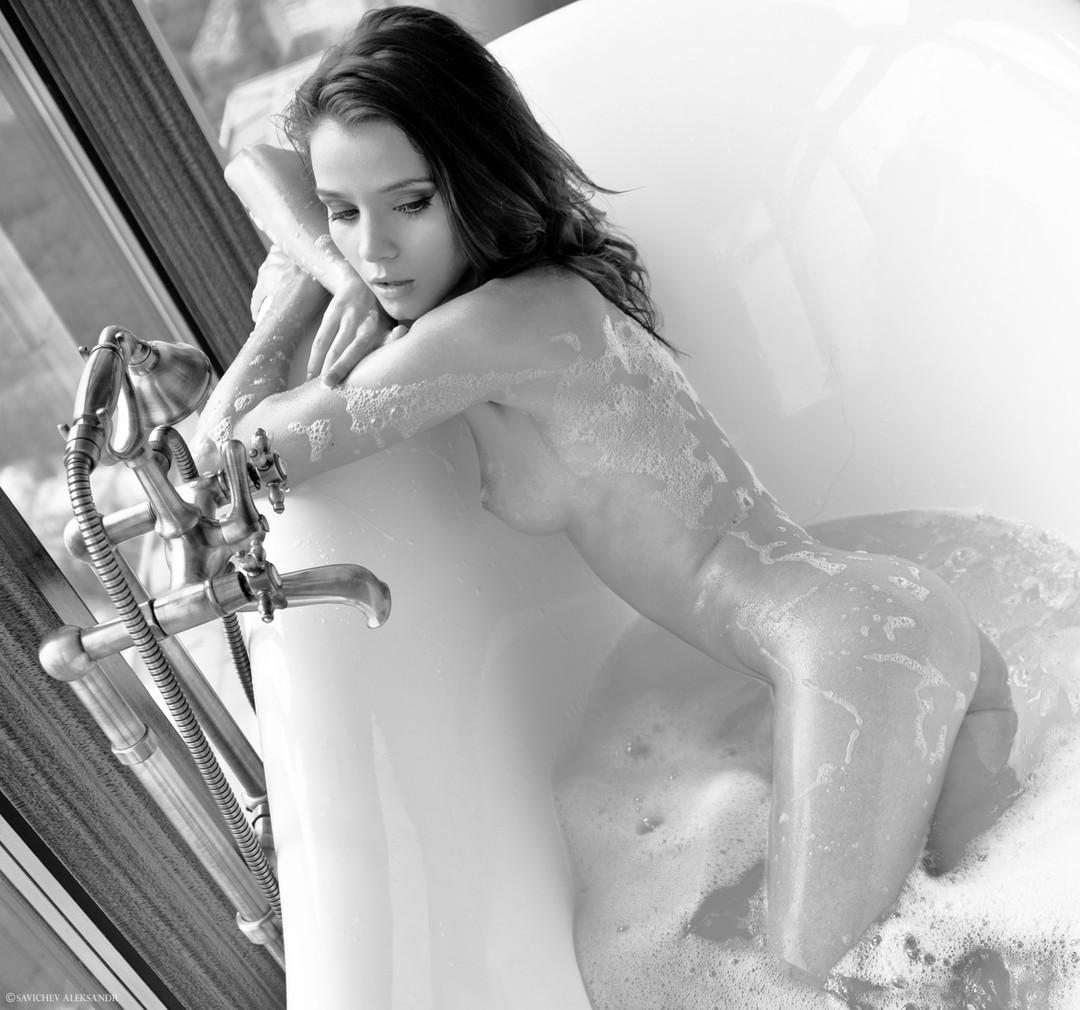 girl in bath 0145.jpg
