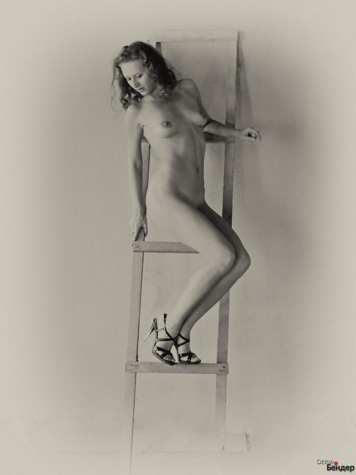 gadinagod-girls-naked-stairway-03