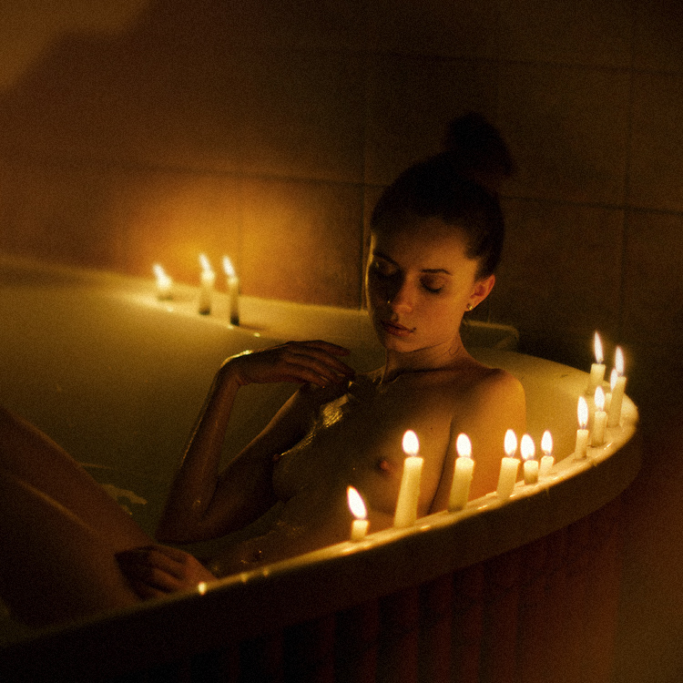 girl in bath 0160.jpg