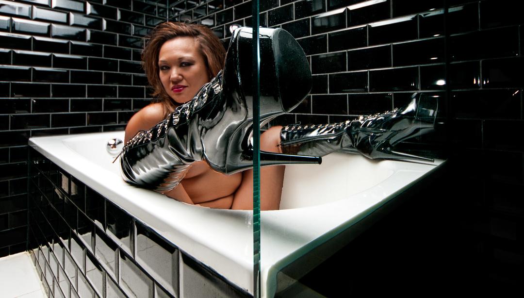 girl in bath 0163.jpg