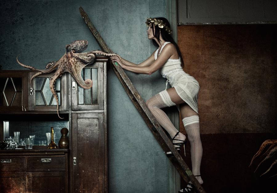 gadinagod-girls-naked-stairway-04