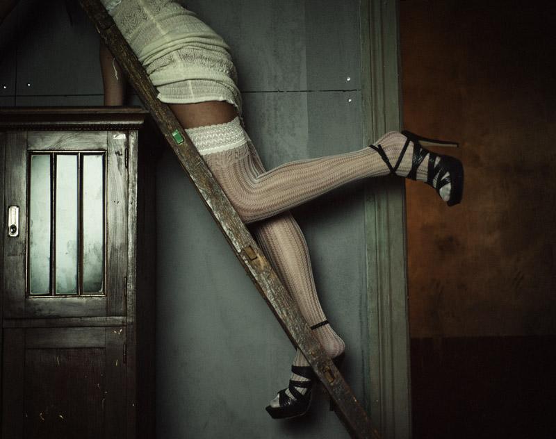 gadinagod-girls-naked-stairway-05