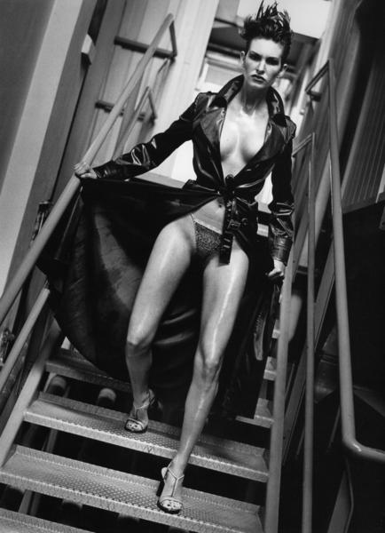 gadinagod-girls-naked-stairway-06