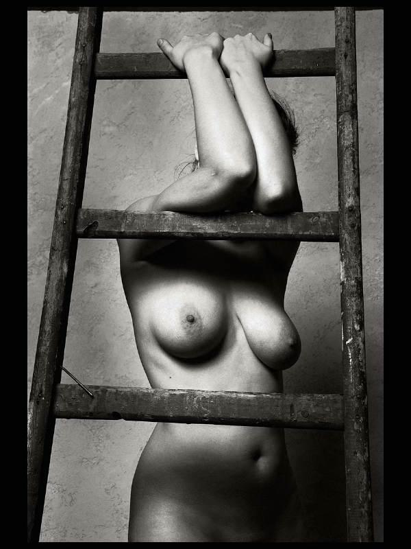 gadinagod-girls-naked-stairway-07