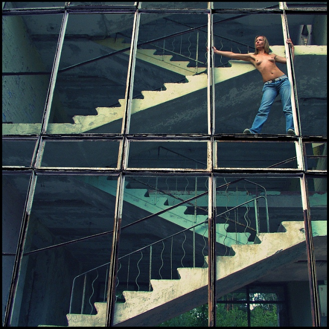 gadinagod-girls-naked-stairway-09