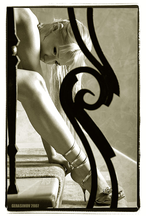 gadinagod-girls-naked-stairway-13