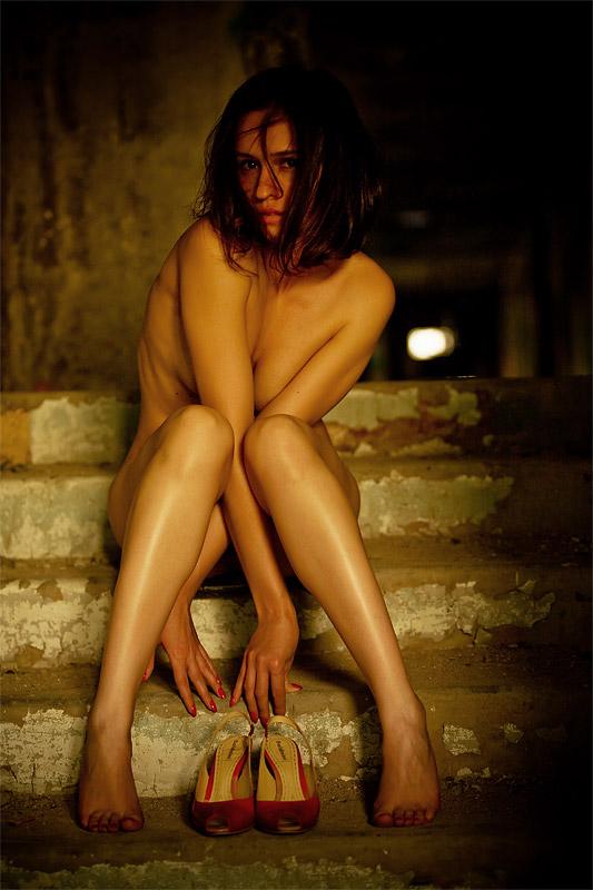gadinagod-girls-naked-stairway-16