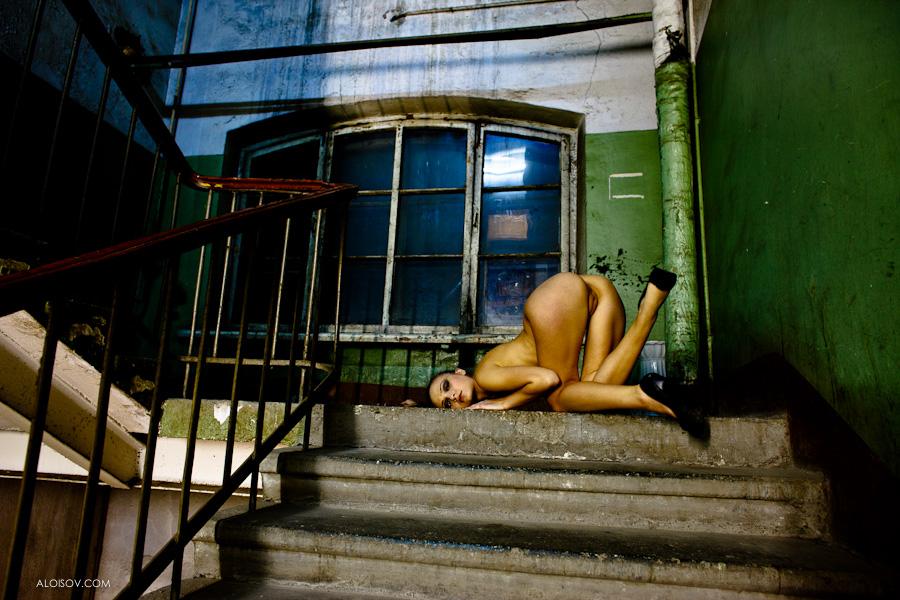 gadinagod-girls-naked-stairway-21