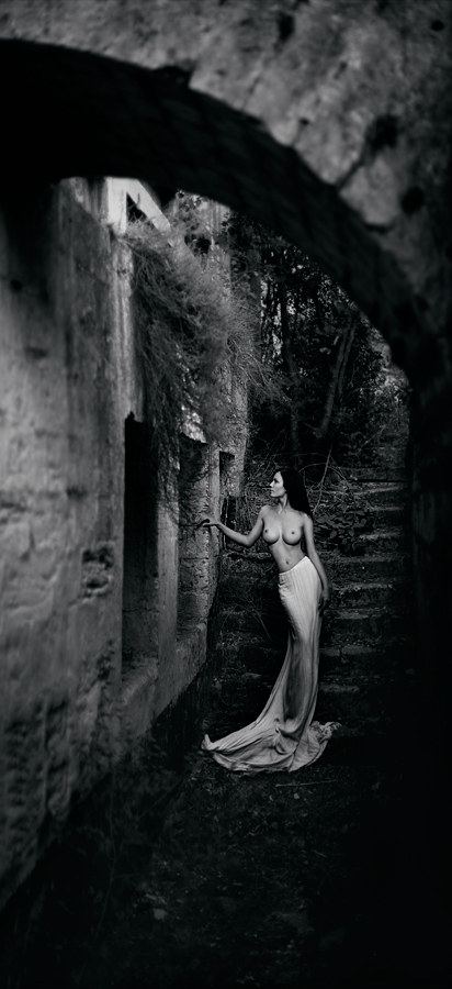 gadinagod-girls-naked-stairway-23