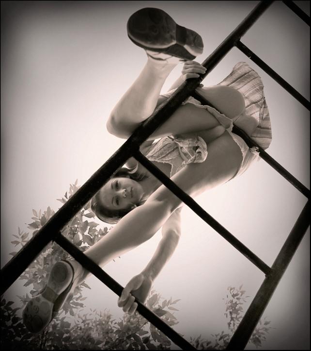 gadinagod-girls-naked-stairway-37