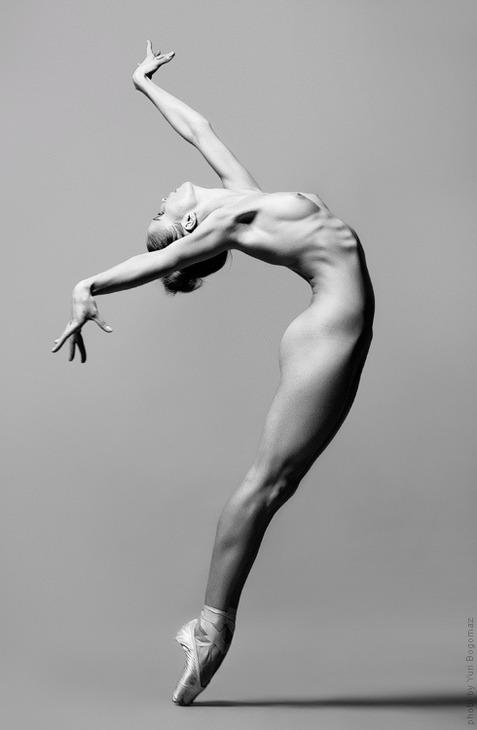 Do ballerinas wear bras under their outfits