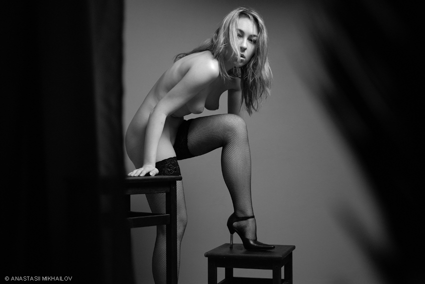 gadinagod_girls_naked_stool_10